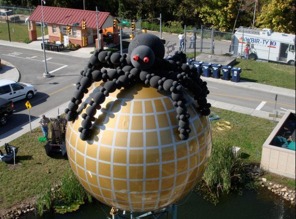 A spider balloon by Above the Rest Balloon & Event Designs.